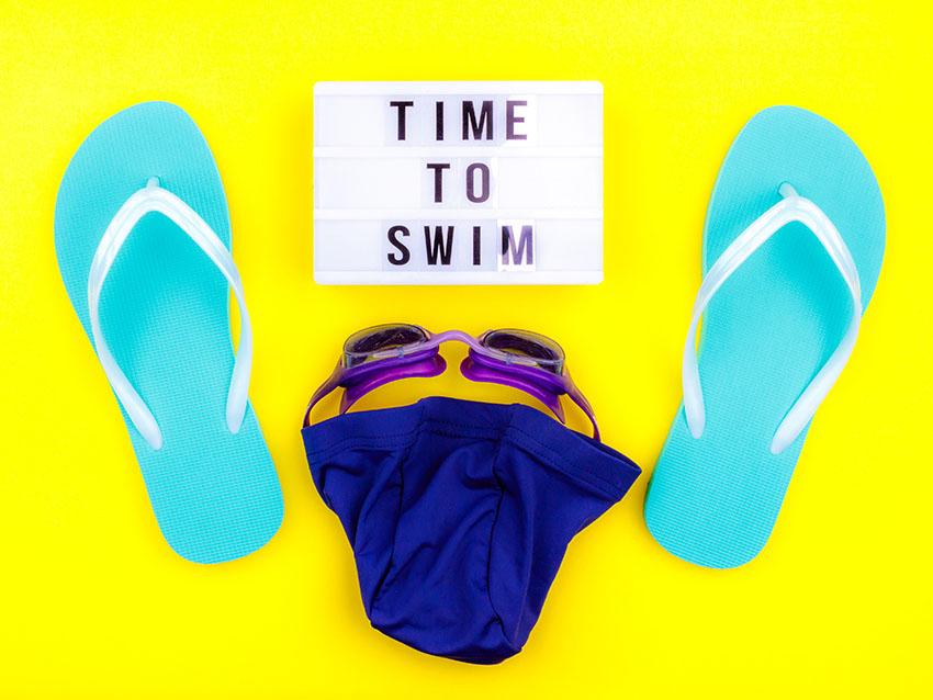 gorro, gafas y chanclas de piscina